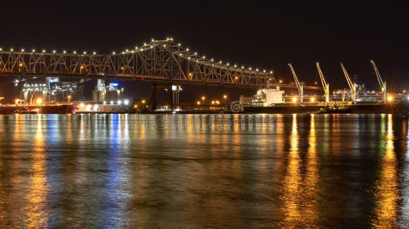 Rzeka Mississippi most przy noc? w Baton Rogue, Luizjana zdjęcia stock
