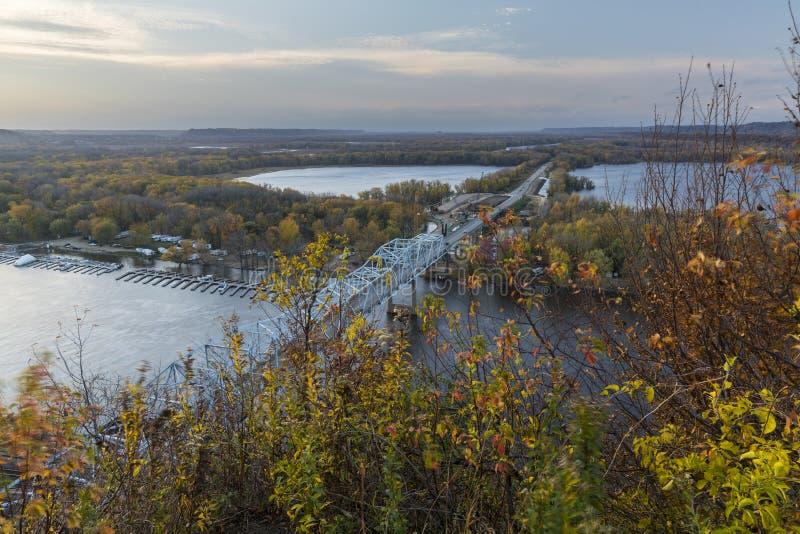 Rzeka Mississippi most W jesieni obraz stock