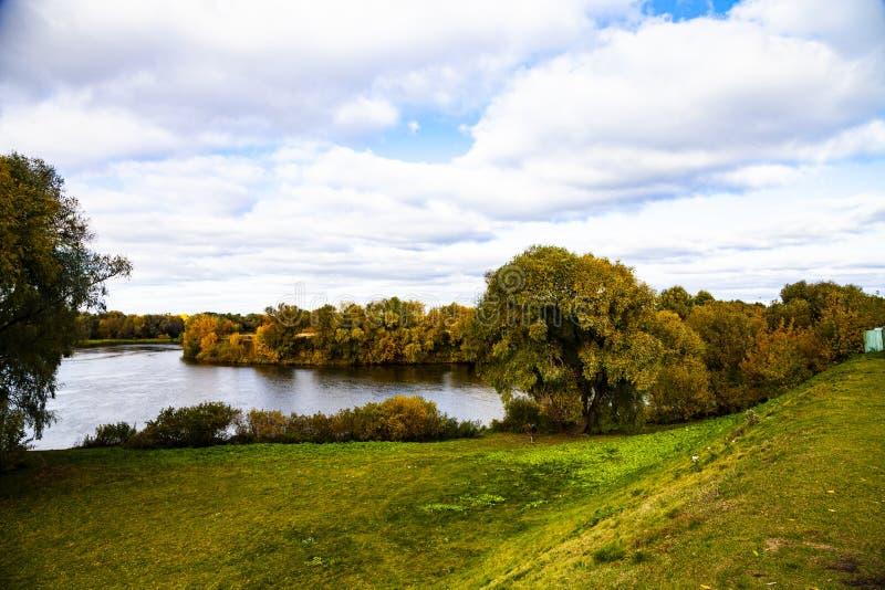 Rzeka na jasnym jesień dniu obraz stock