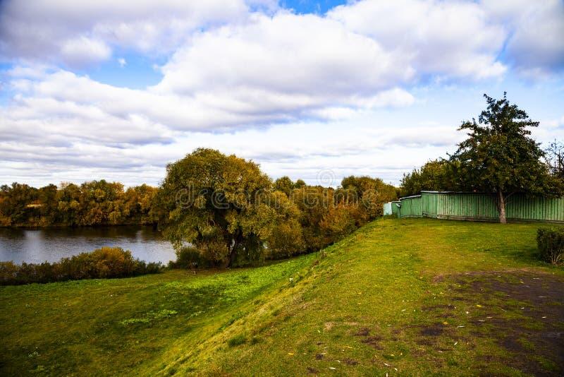 Rzeka na jasnym jesień dniu zdjęcia stock
