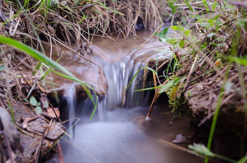 Rzeka na skałach w górach przy południem, zdjęcia royalty free