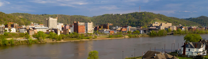 Rzeka Ohio meandery Odbijać budynki Toczyć Zachodnia Virginia fotografia royalty free