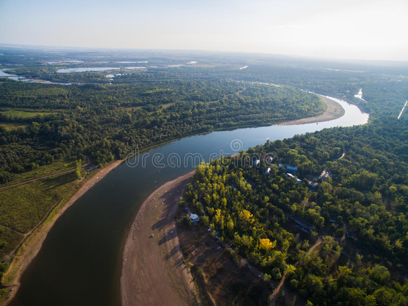 Rzeka po środku lasu blisko do miasta Powietrzna ankieta rekreacyjny centrum obraz stock