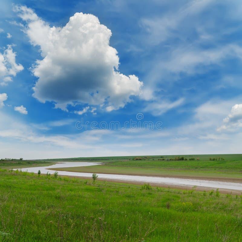 Rzeka pod chmurnym niebem zdjęcie stock