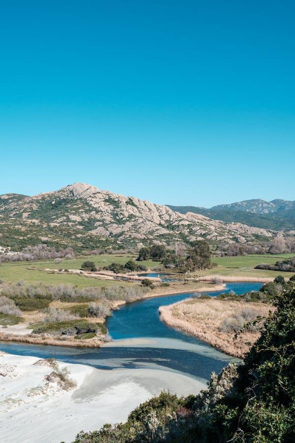 Rzeka przyjeżdża przy Ostriconi plażą w Balagne regionie Corsica obraz royalty free