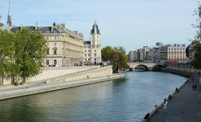 Rzeka Seine płynie poniżej Pont Saint Michel w Paryżu obraz stock