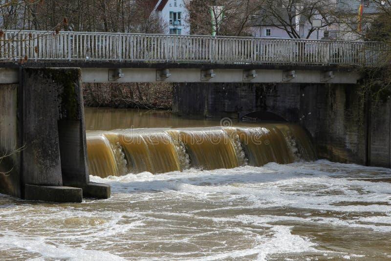 Rzeka Tauber, wypełniający z wiosen wodami obraz stock