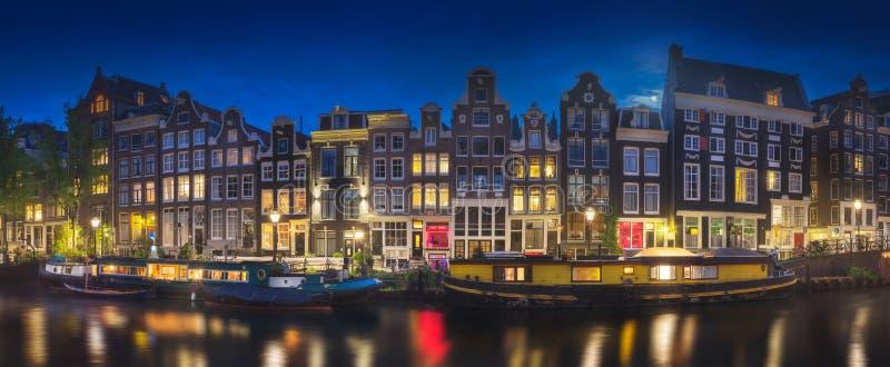Rzeka, tradycyjni starzy domy i łodzie, Amsterdam obrazy stock