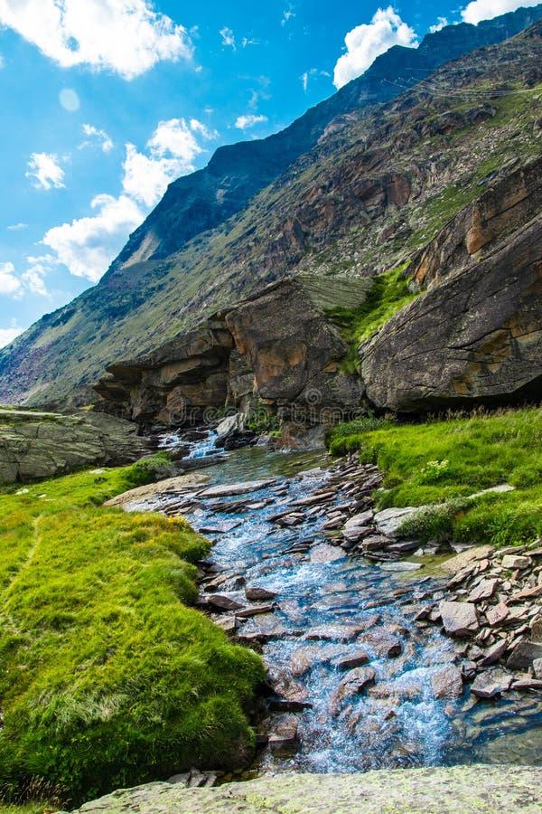 Rzeka wśród skał zdjęcie stock