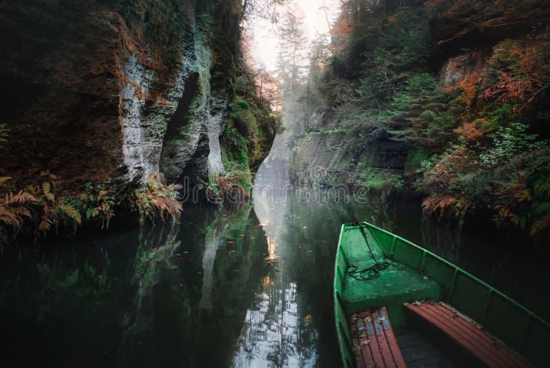 Rzeka w g?rach ??d? na wodzie zdjęcie royalty free