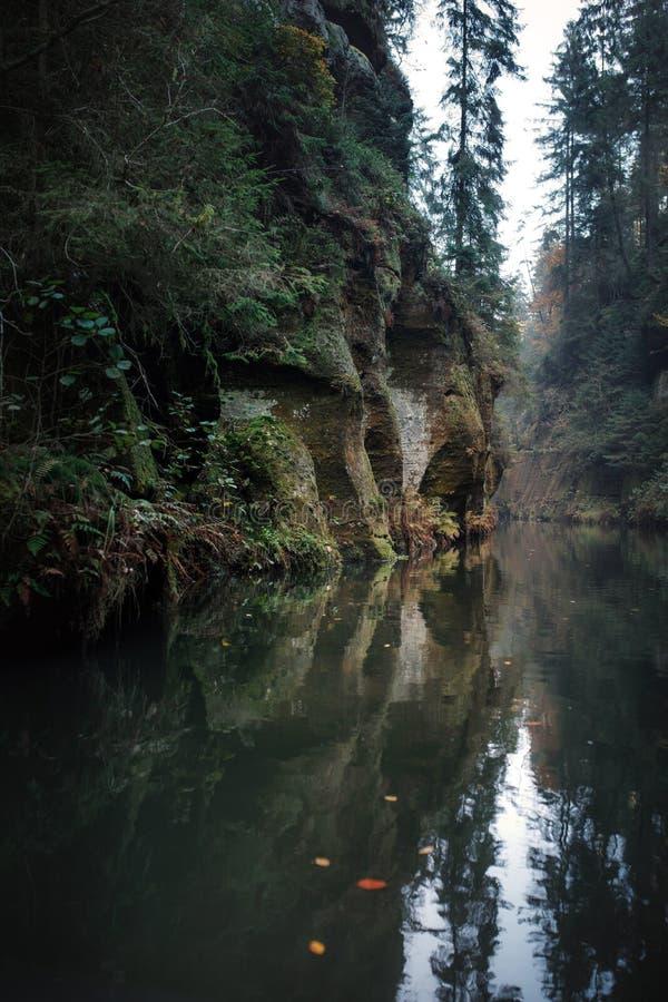 Rzeka w g?rach Woda i ska?y obrazy stock