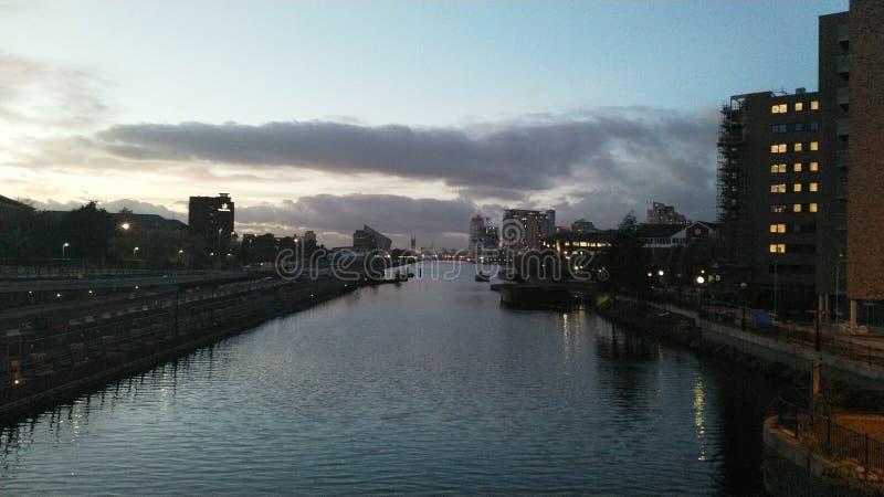 Rzeka w mieście przy półmrokiem obrazy royalty free