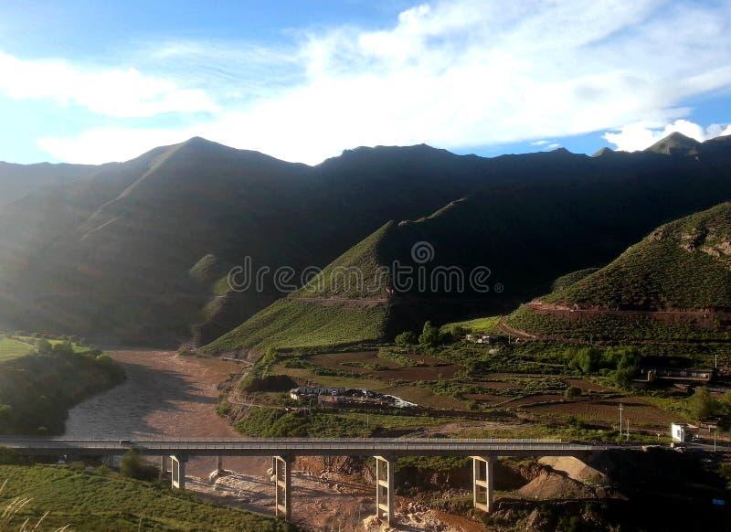 Rzeka w moutain z mostem zdjęcia stock