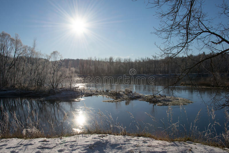 Rzeka w promieniach zimy słońce obrazy stock