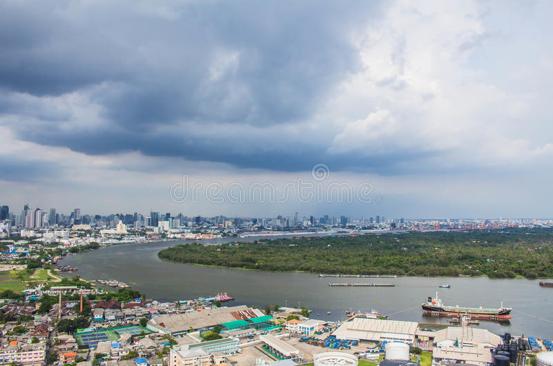 Rzeka w Tajlandia z ciemnym niebem zdjęcie royalty free