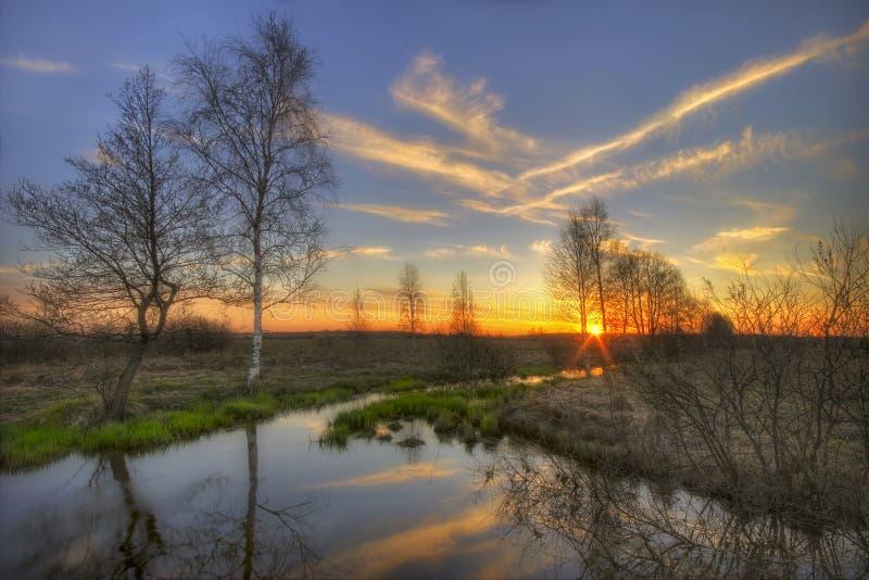 rzeka wiosenny zachód słońca zdjęcia stock