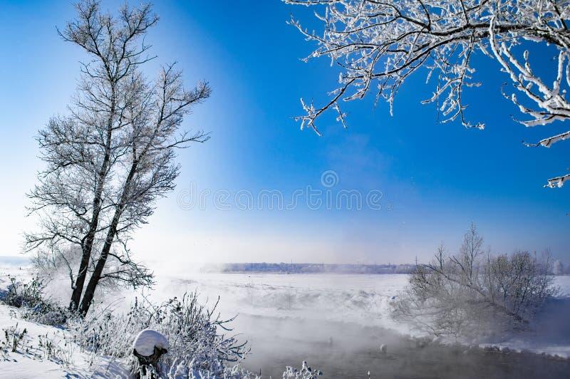 Rzeka wszystko w śniegu w zimie zdjęcie stock