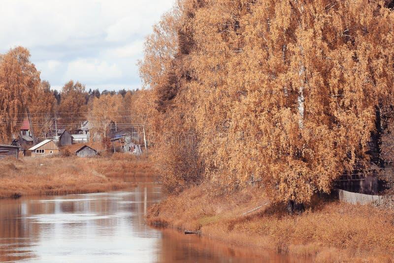Rzeka z drzewami wzdłuż brzeg fotografia stock