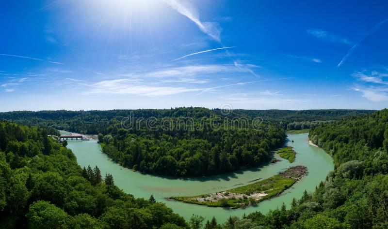 Rzeka z idylliczną wyspą jako panorama troszkę obraz royalty free