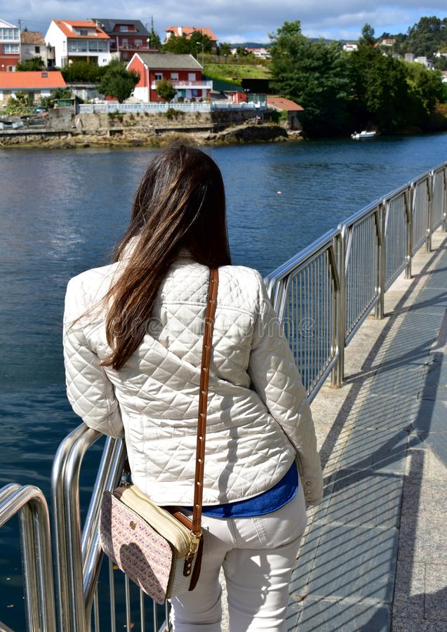 Rzeka z kobietą odpoczywa na poręczu i patrzeje widok Galicia, Pontevedra, Hiszpania obrazy stock