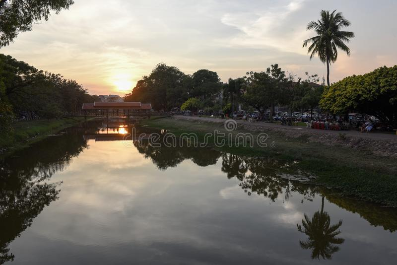 Rzeka z mostem i noc rynek w Siem Przeprowadzamy żniwa, Kambodża obrazy stock