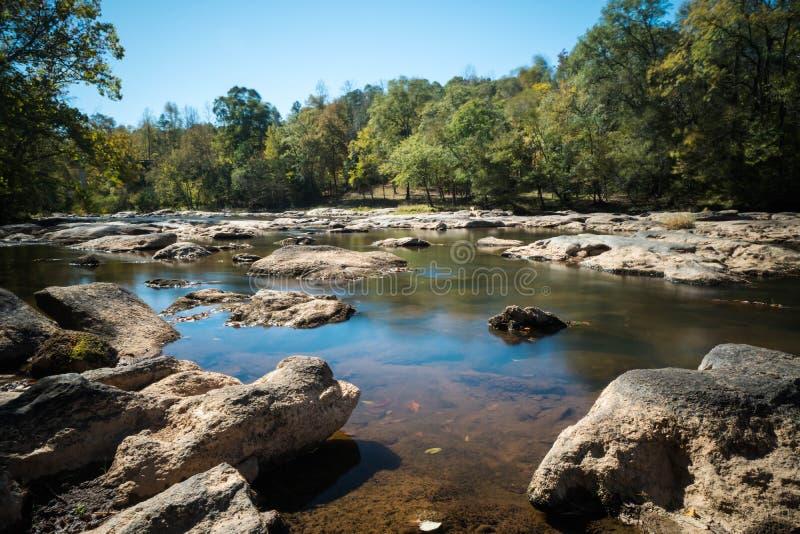 Rzeka z skałami i małymi siklawami zdjęcie royalty free