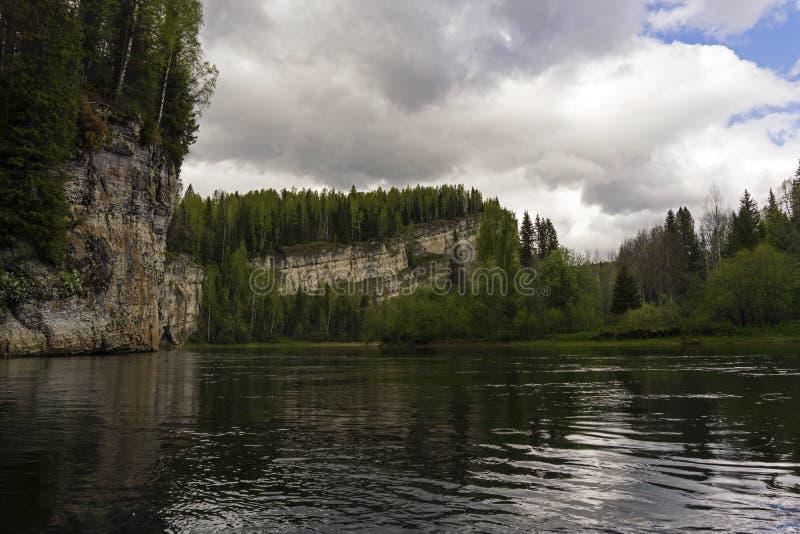 Rzeka z skalistymi brzeg na chmurnym dniu fotografia royalty free