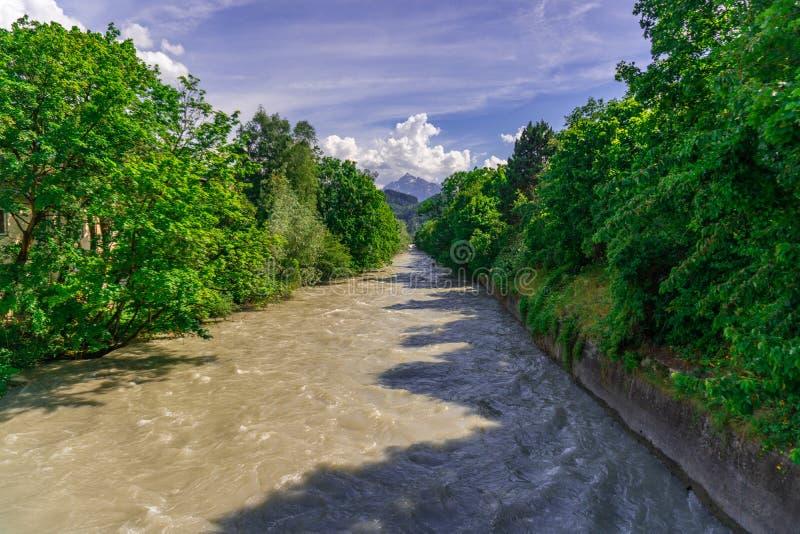 Rzeka z zielonym niebieskim niebem i drzewami fotografia stock