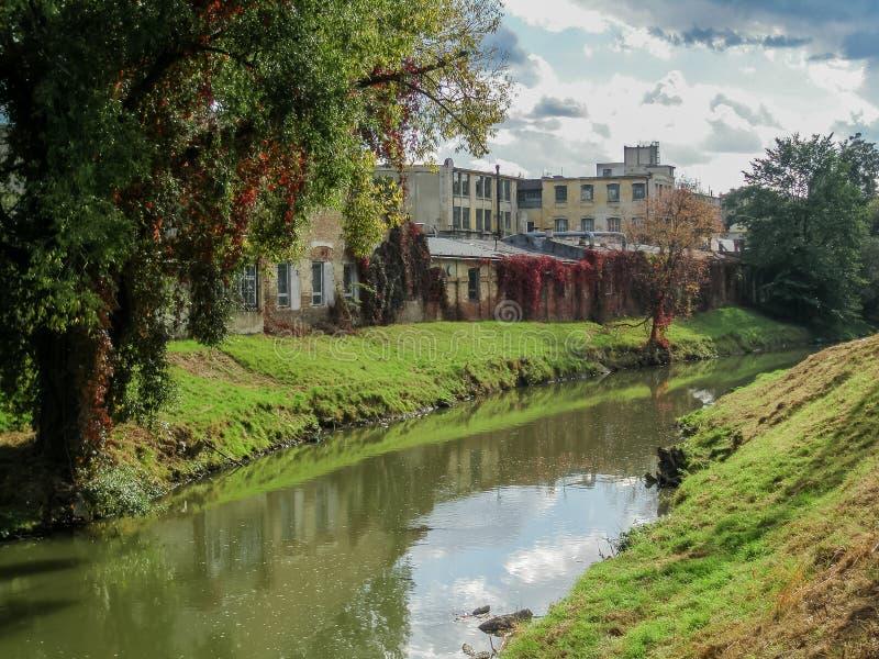 Rzeka za starymi maszyn pracami w Brno obraz royalty free