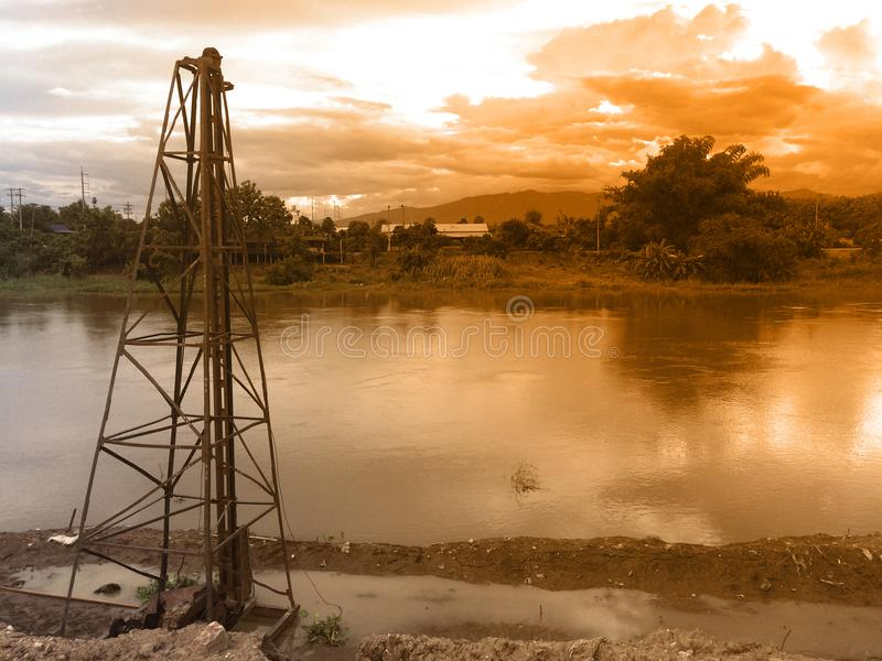 Rzeki i stosy budowali przerzucać most rzekę fotografia royalty free