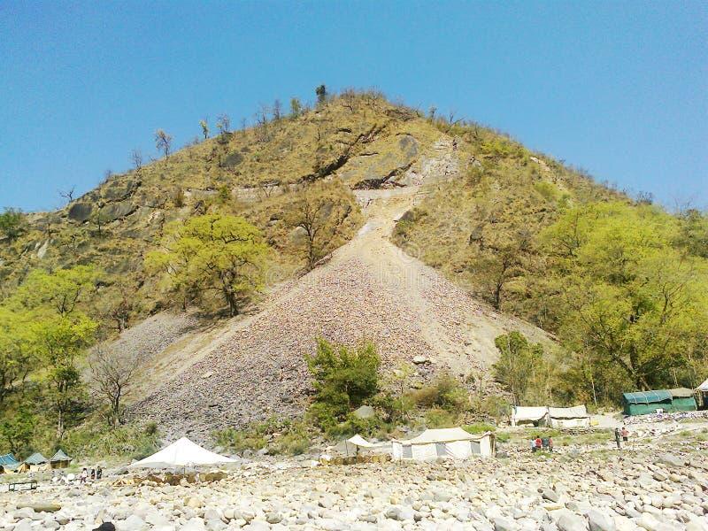 Rzeki strony skały, namiot i góra, obraz royalty free