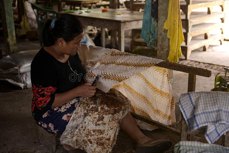 Rzemieślnicy batyków w Sukoharjo, Jawa Środkowa, Indonezja obrazy stock