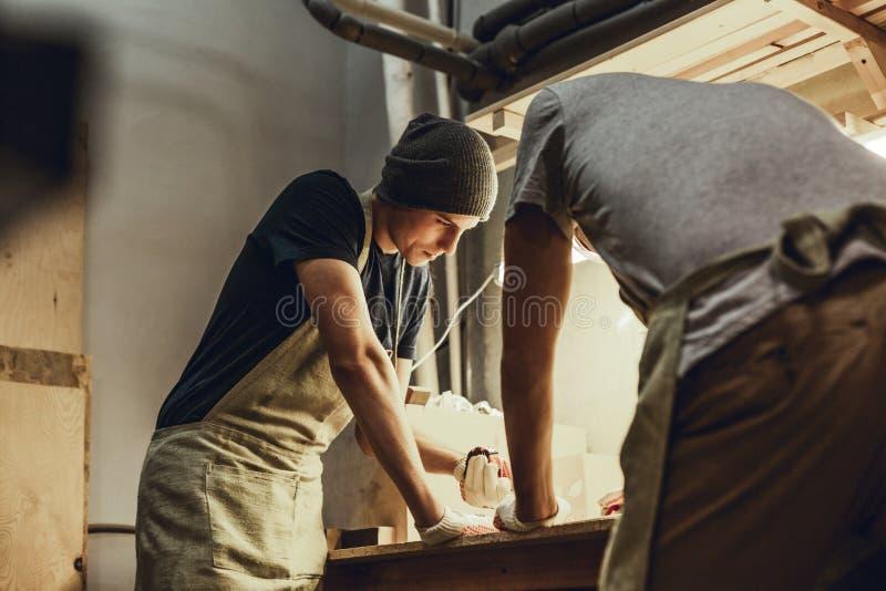Rzemieślnicy robi pomiarom na workbench zdjęcie stock