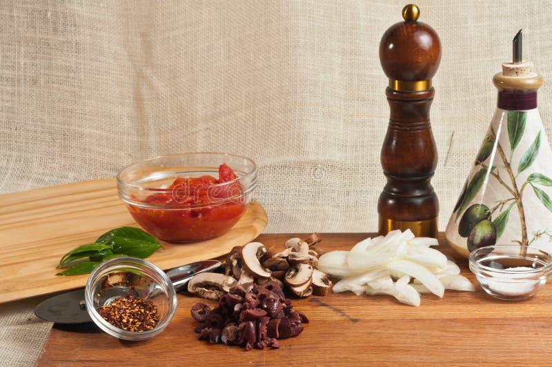 Rzemieślnik domowej roboty pizzy organicznie składniki 2, naczynia i fotografia royalty free