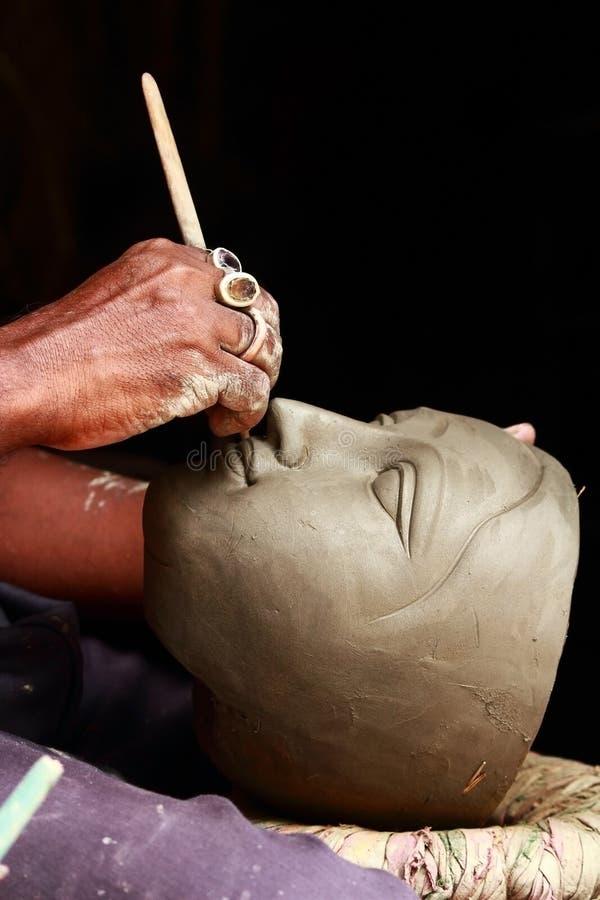 rzemieślnik glina tworzy durga bogini głowę zdjęcia stock