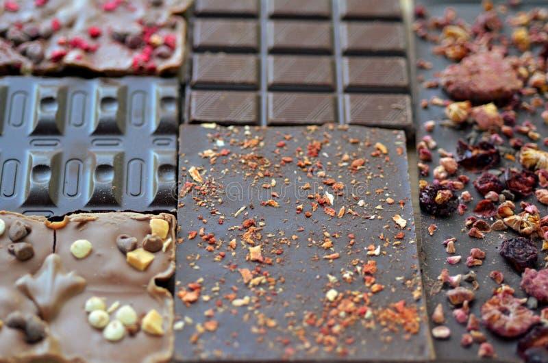 Rzemieślnik handmade czekolada Czekoladowi bary z wysuszonym - owoc zdjęcie stock
