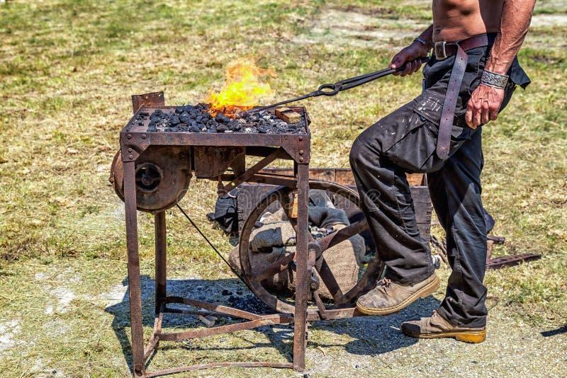 Rzemieślnik przy blacksmith kuźnią. zdjęcie royalty free