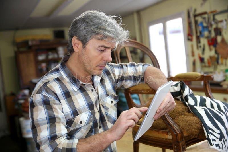 Rzemieślnik przy warsztatową używa pastylką obrazy royalty free
