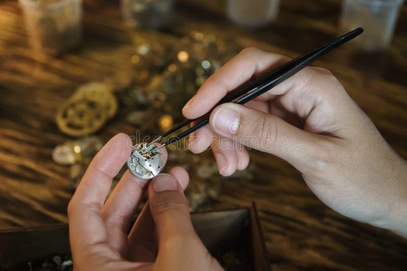 Rzemieślnik rozmontowywa zegar i dostaje przekładnie zdjęcie royalty free