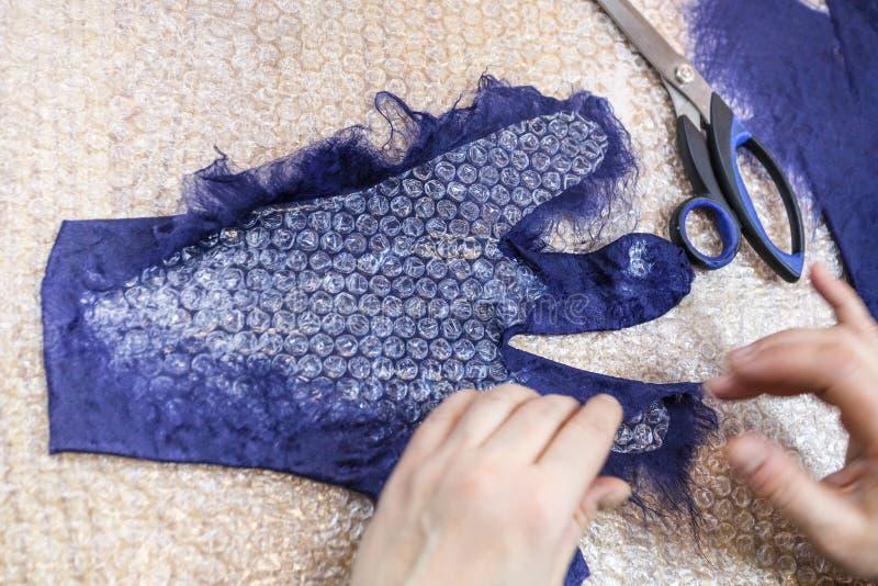 Rzemieślnik tworzy tylną stronę rękawiczka z wzorem zdjęcie stock