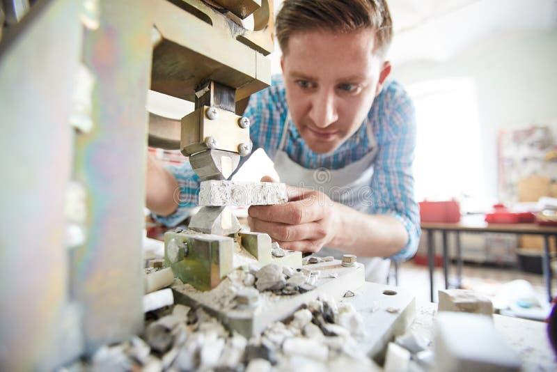 Rzemieślnik Używa kamień Rozszczepia maszynę fotografia royalty free