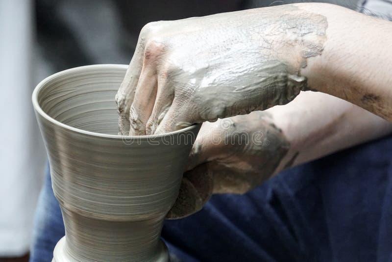 Rzemieślnik wręcza robić glinianemu garnkowi handmade ceramicznemu warsztatowi obrazy royalty free