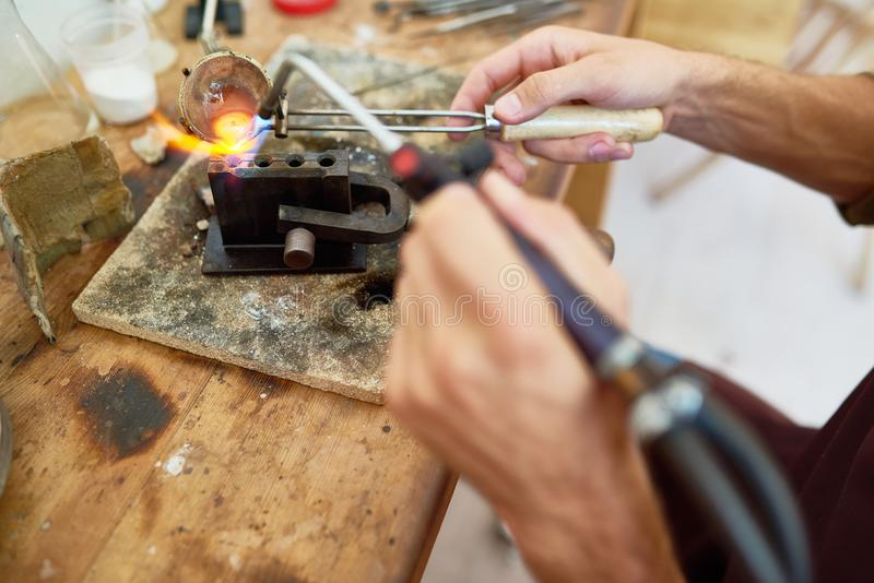 Rzemieślnika Roztapiający metal w warsztacie zdjęcia royalty free