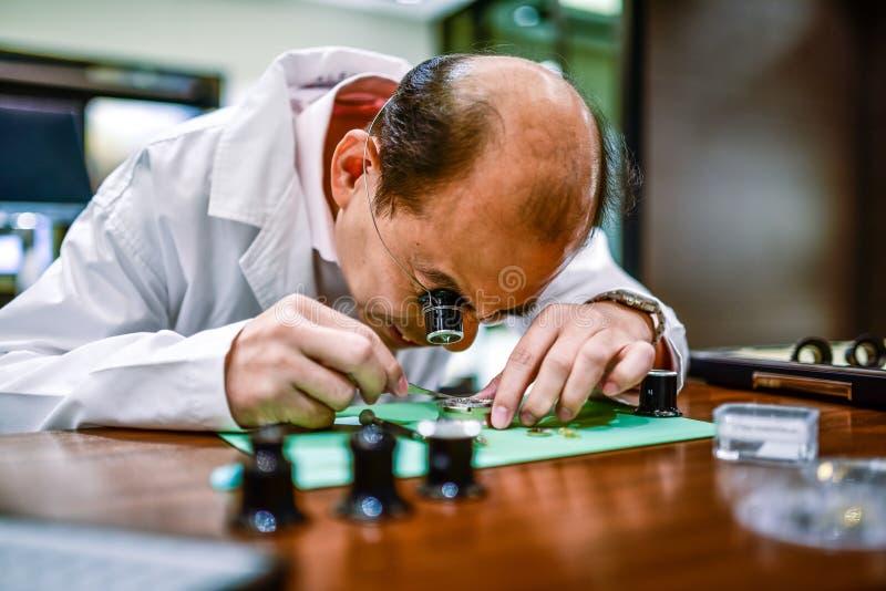 Rzemieślnika zegarka przemysłu Workmanship Szwajcarski azjata Chiny zdjęcie stock