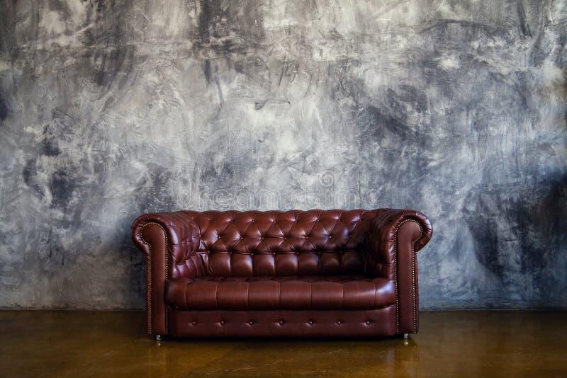 Rzemienna brown kanapa w miastowym loft wnętrzu zdjęcia royalty free