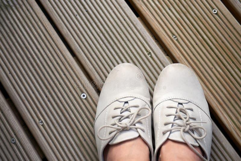 Rzemienni buty na drewnianych deskach obrazy stock
