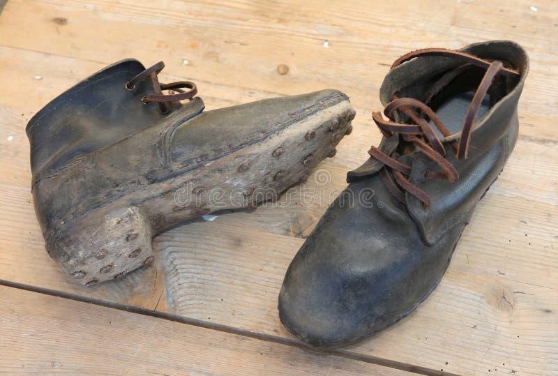 rzemienni buty z podeszwami z gwoździami chodzić na lodzie używać soldi fotografia stock