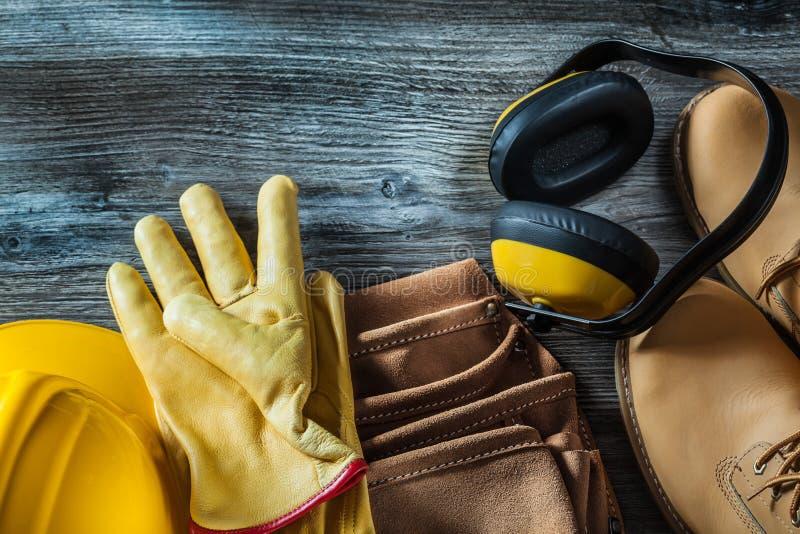 Rzemienni ochronnych rękawiczek butów narzędzia paska ciężkiego kapeluszu earmuffs na w zdjęcia royalty free