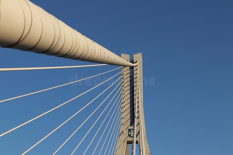 Rzeszow, Πολωνία - 9 9 2018: Ανασταλμένη οδική γέφυρα πέρα από τον ποταμό Wislok Τεχνολογική δομή κατασκευής μετάλλων Σύγχρονη αψ στοκ εικόνα