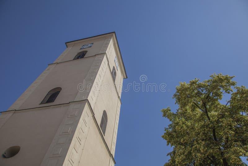 Rzeszow, Πολωνία, Ευρώπη - μπλε ουρανοί και ένας άσπρος πύργος στοκ φωτογραφία με δικαίωμα ελεύθερης χρήσης
